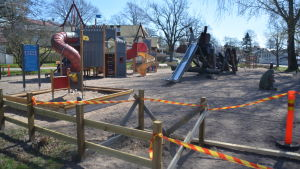 En lekpark som är avgränsad med band.