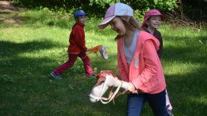 Astrid, Tovemarie och Emmi leker i Rosengårdens förskola.