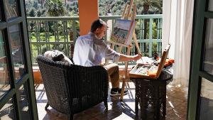 Andrew Marr maalaa Marrakeshissä