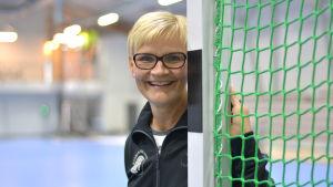 Päivi Mitrunen står vid ett handbollsmål.