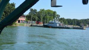 Sjöbevakningsstationen i Porkala sedd från en av sjöbevakningens båtar till havs.