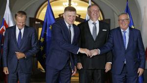 Europeiska rådets ordförande Donald Tusk, Slovakiens premiärminister Robert Fico, Slovakiens president Andrej Kiska och EU-kommissionens ordförande Jean-Claude Juncker inför toppmötet i Bratislava.