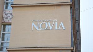 Yrkeshögskolan Novias emblem på väggen.