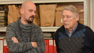 Forskaren Matias Kaihovirta samtalar med ortsbon Göran Kämpe.