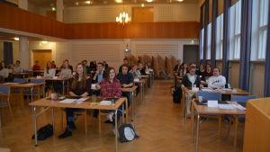Många ungdomar sitter i Seminarieskolans aula i Ekenäs, de deltar i ungdomsparlamentet 2016.