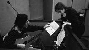 James Taylor ja Carole King nuottien ääressä. Arkistokuva dokumentista Carole King: Natural Woman.