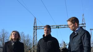 tre personer mot elstolpar
