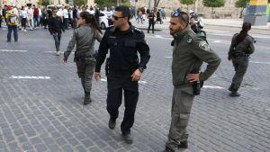 Israeliska säkerhetsvakter i Jerusalem efter knivhuggning.