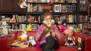vanha nainen lelujen kanssa sohvalla