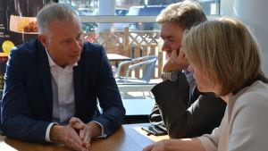 Northvolts Carl-Erik Lagercrantz, Peter Nygårds och Malin Fuglesang sitter vid ett bord och diskuterar.