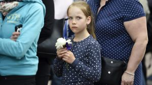 Liinu Nevalainen för en ros till president Mauno Koivistos grav i Helsingfors den 25 maj 2017.