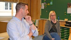 Mårten och Heli Karlsson sitter i ett klassrum i en barack i Gammelbacka skola