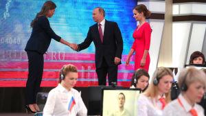 Vladimir Putin anländer till den årliga frågestunden på tv.