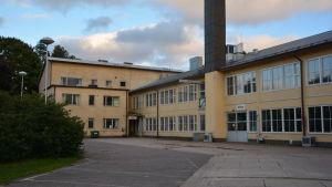 En gul byggnad i Karis som tidigare var Västra Nylands yrkesskola.