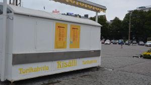 Stängd cafékiosk på Åbo salutorg.