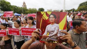 Tusentals människor samlades på ett torg i landets största stad Yangon för att uttrycka sitt stöd för Suu Kyi