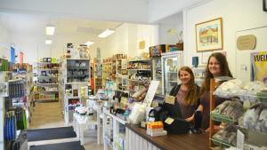 Två kvinnor står vid en kassa i en butik. I bakgrunden syns hyllor med ekologiska produkter.