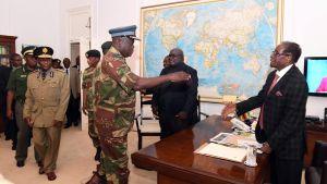Robert Mugabe skakar hand med ledare för armén inför förhandlingar 19.11.2017.