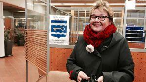 Merja Laaksonen står i det tomma bankkontoret i Sjundeå.