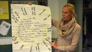 kvinna håller upp papper