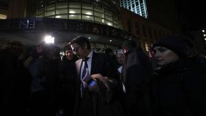 Advokaten för ACLU Omar Jadwat ger en intervju vid en demonstration utanför flygplatsen i Los Angeles.