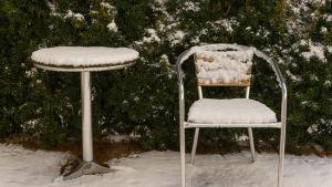 Snö på utomhusmöbler