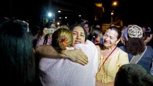 Maria Perez (i mitten) var en av dem som frigavs på lördag kväll.