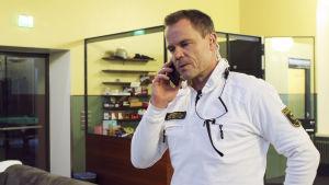 Nils Wikström svarar i telefon