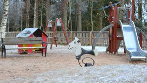 Gård till daghemmet Prästkragen i Prästkulla. På gården finns en gunga, en rutschkana, en lekstuga, en bänk och en leksakshäst som man kan gunga på.