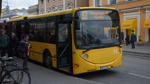 studentbussen 53 i åbo står vid en parkeringsplats i åbo centrum.