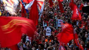 Tusentals människor hade samlats för att skydda Lula från polisen. Många hade gärna sett att han inte lät polisen föra iväg honom utan ville fortsätta kämpa.