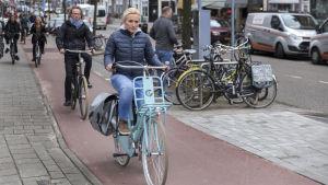 Pyöräilijöitä Amsterdamissa.
