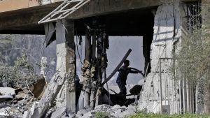 Forskningsenhet som totalförstördes i attacken mot Barzeh utanför Damaskus.