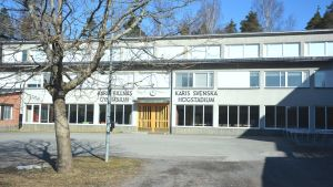 Fasad och ingång till Karis svenska högstadium och Karis-Billnäs gymnasium.