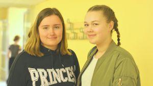 Närbild på eleverna Daniela Karjalainen och Tilda Degerlund i Ekenäs högstadieskola.