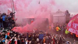 Manchester Citys buss anländer till Liverpool
