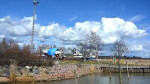 Hamnen i Ingå en solig vårdag.