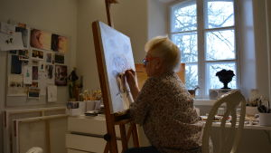 Marina Borgström målar i sin atelje.