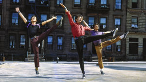 George Chakiris (kesk.) ja muita tanssijoita elokuvassa West Side Story.