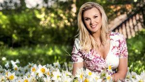 Sanna Nielsen i ett hav av blommor