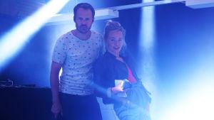 Dan Granqvist och Johanna Dikert poserar på scen.