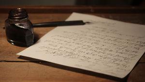 Handskrivet brev vid vaktbord i Radioteaterns ljudinstallation.