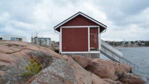 Hangö havsbad syns bakom platsen där man vinterbadar i Hangö.