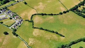 Flygfoto av konturerna av ett romerskt fort i Ceredigion, Wales