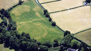 Flygfotografi av fornlämningen Cross Oak Hillfort, i Talybont, Wales
