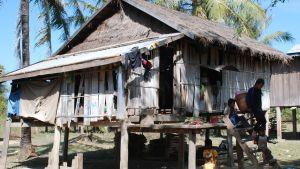 Det här huset på den kambodjanska landsbygden inhyser 12 personer.