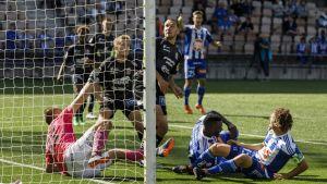 Bollen i PS Kemis målområde i matchen mot HJK.