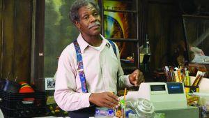 Danny Glover bakom disken i en videouthyrningsfirma i filmen Be Kind Rewind.