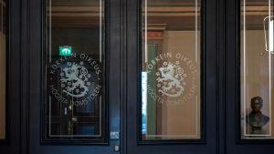 Korkeimman oikeuden sisäänkäynti Helsingin Kauppatorilla