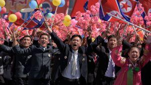 Civila nordkoreaner hälsar på sin ledare Kim Jong-un under 70-årsparaden i Pyongyang.